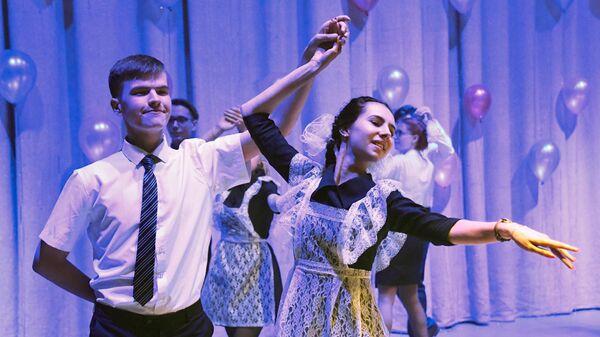 Школьники танцуют во время последнего звонка в Доме офицеров Забайкальского края в Чите
