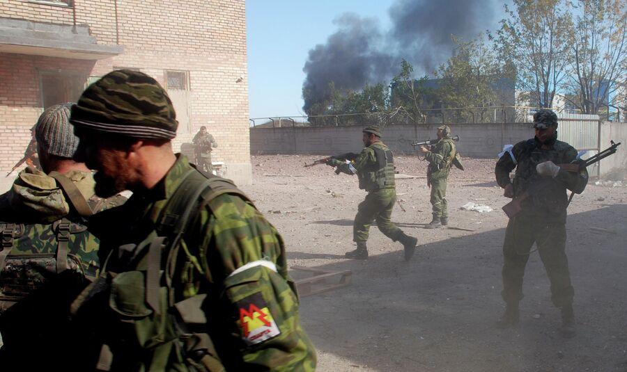 Ополченцы Донецкой народной республики во время боя в районе аэропорта Донецка. Октябрь 2014