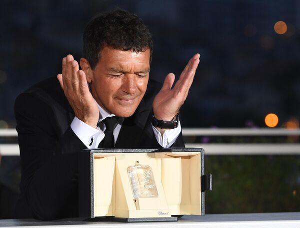 Американский актер Антонио Бандерас, получивший премию Лучший актер за роль в  фильме Боль и слава (Dolor y gloria), на церемонии закрытия 72-го Каннского международного кинофестиваля