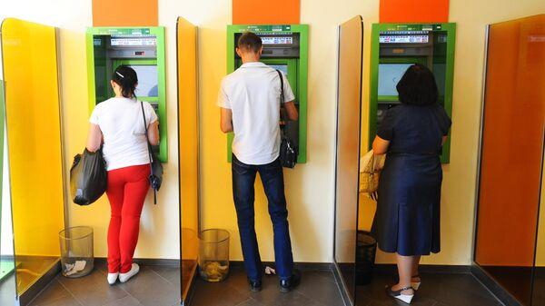 Клиенты ПАО Сбербанк у терминалов самообслуживания