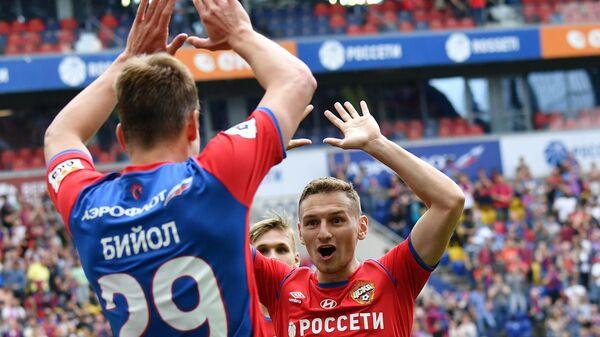 Футболисты ЦСКА Федор Чалов (справа) и Яка Бийол радуются забитому голу