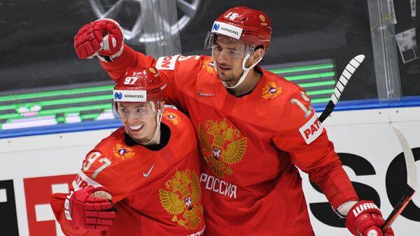 Игроки сборной России радуются забитой шайбе в матче чемпионата мира по хоккею за третье место между сборными командами России и Чехии
