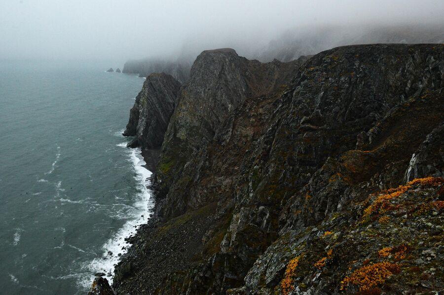 Скалы на побережье Берингова моря в окрестности села Уэлен в Чукотском автономном округе