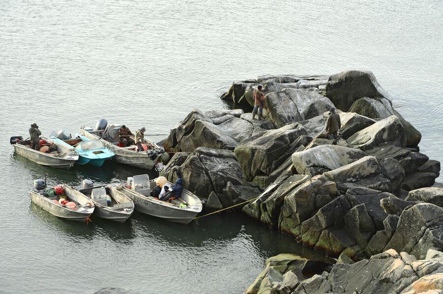 Лодки охотников на моржей у берега в районе поселка Аккани