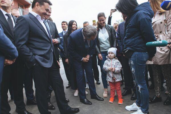 Заместитель председателя правительства РФ Виталий Мутко общается с дольщиками ЖК Видный город