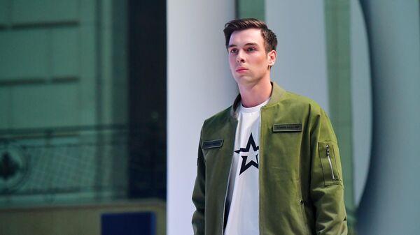 Модель демонстрирует одежду из новой коллекции компании Black Star Wear совместно с сетью магазинов Армия России