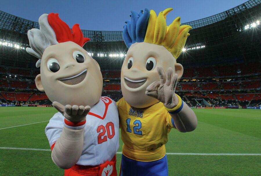 Талисманы Евро-2012 Славек и Славко (справа)