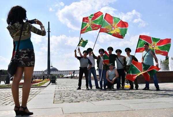 Пограничники во время празднования Дня Пограничных войск на Поклонной горе в Москве