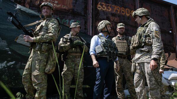 Президент Украины Владимир Зеленский во время визита в Донбасс