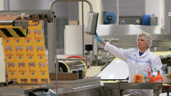 Сотрудница во время работы на производственной линии одного из предприятии Московской области