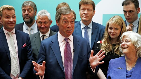 Лидер партии Брексит Найджел Фарадж и новые члены европейского парламента от партии в Лондоне