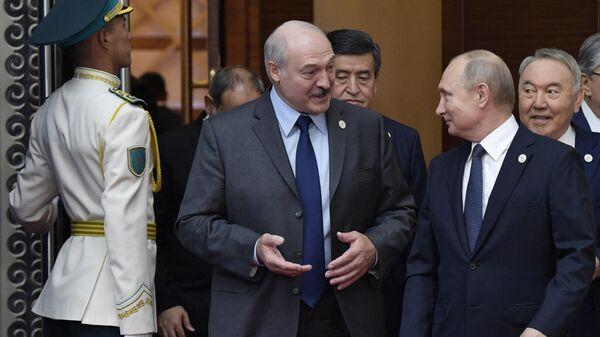 Президент РФ Владимир Путин и президент Белоруссии Александр Лукашенко перед началом совместного фотографирования глав делегаций государств - участников Высшего Евразийского экономического совета во Дворце независимости в Нур-Султане. 29 мая 2019