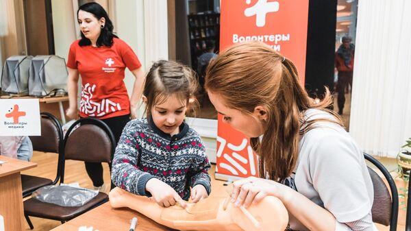 Волонтеры-медики будут работать со школьниками во время летних каникул