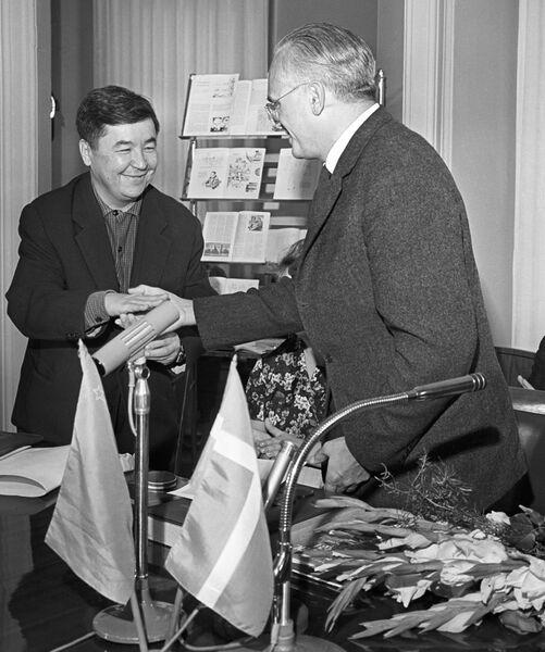 Главный редактор журнала Крокодил Михаил Семенов поздравляет датского художника Херлуфа Бидструпа, 9 сентября 1962 года.