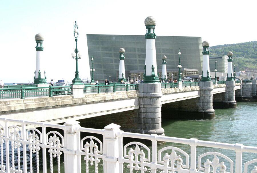 Вид на Дворец конгрессов и аудиторию Курсааль и мост Сурриола через реку Урумеа