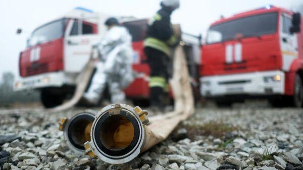Сотрудники противопожарной службы на пожарно-тактических учениях