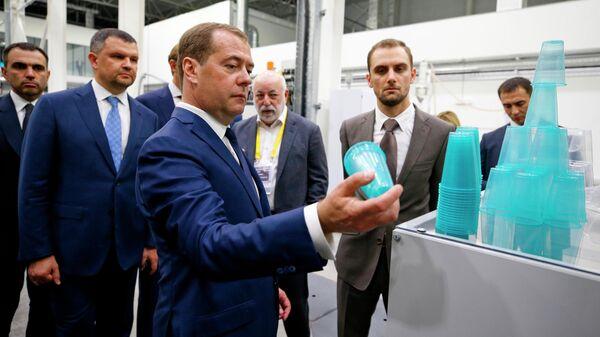 Председатель правительства РФ Дмитрий Медведев во время посещения исследовательского центра по переработке полимеров СИБУР ПолиЛаб в инновационном центре Сколково