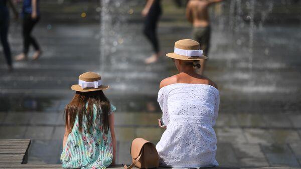 Горожане отдыхают у фонтанов в парке искусств Музеон. Архивное фото