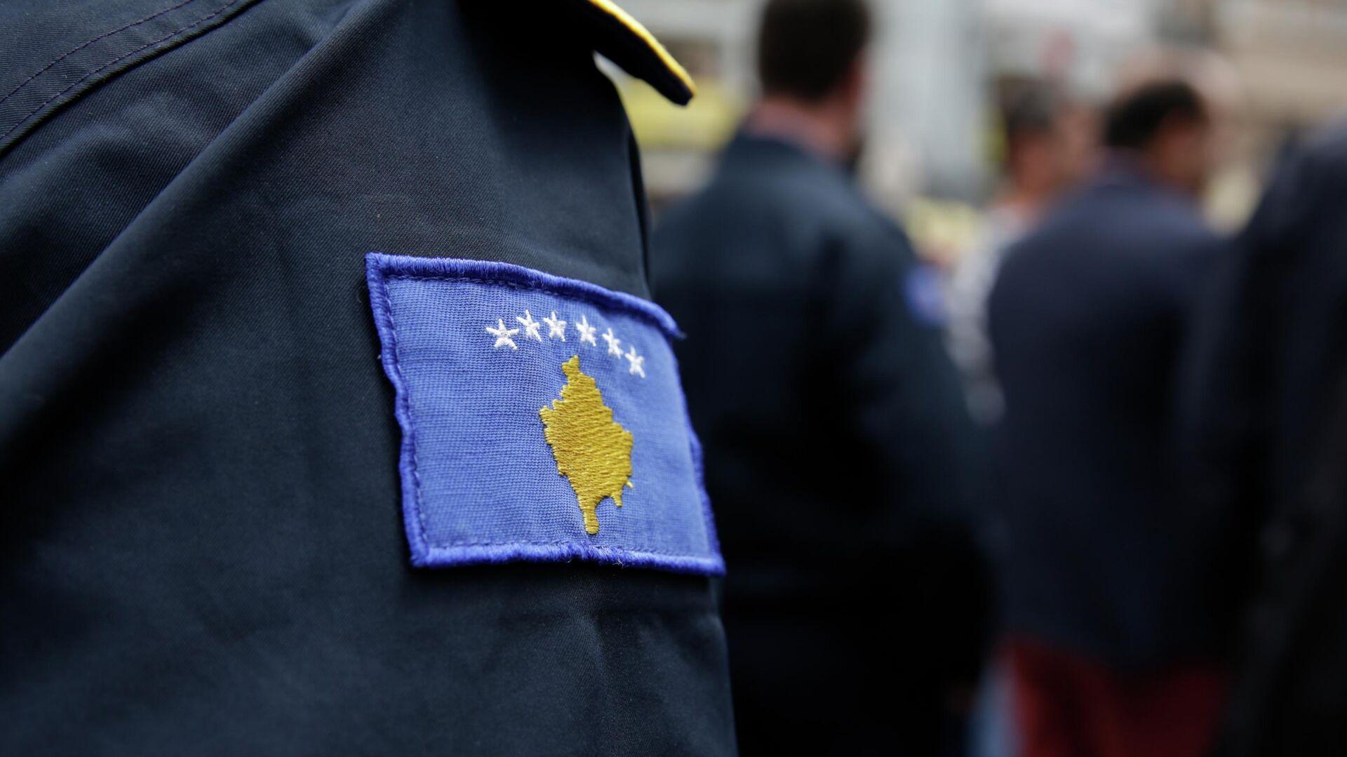 Нашивка с изображением герба самопровозглашенной Республики Косово на форме сотрудника полиции - РИА Новости, 1920, 14.03.2021