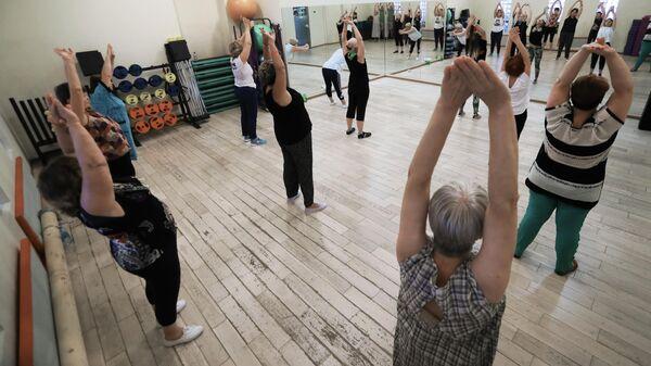 Пожилые люди во время занятий в фитнес-клубе в Москве