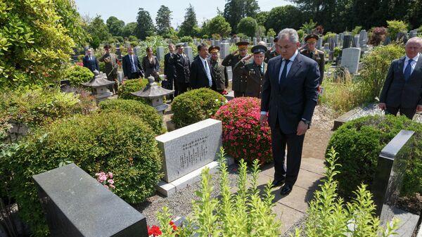 Министр обороны РФ Сергей Шойгу у могилы Зорге