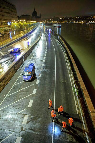 Спасательная операция после крушения прогулочного катера на Дунае в Будапеште