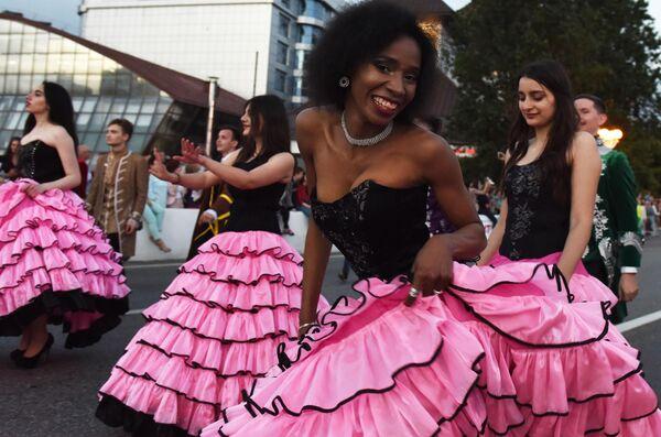 Участники карнавала в Сочи в честь официального открытия курортного сезона