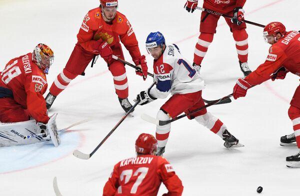 Игрок сборной Чехии Доминик Симон (в центре) в матче чемпионата мира по хоккею за третье место между сборными командами России и Чехии