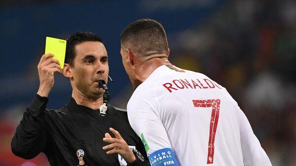 Главный судья матча показывает желтую карточку Криштиану Роналду