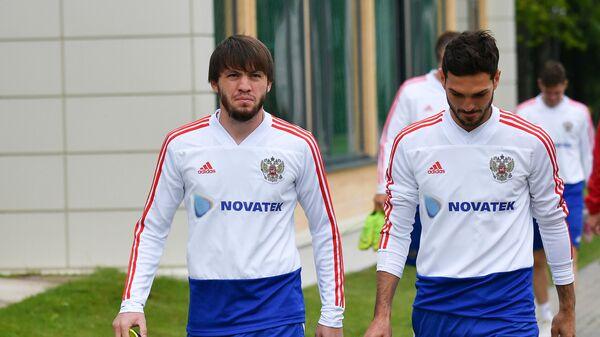 Футболисты сборной России Резиуан Мирзов (слева) и Магомед Оздоев