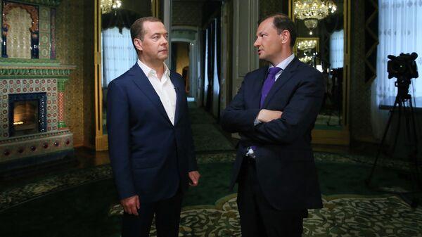 Дмитрий Медведев во время интервью ведущему телепрограммы Вести в субботу Сергею Брилеву. 1 июня 2019