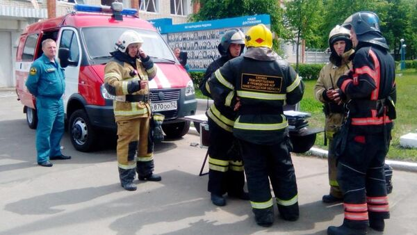 Сотрудники МЧС у проходной завода Кристалл в Дзержинске. 1 июня 2019