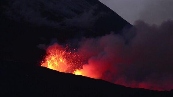Огненные реки Этны: на Сицилии проснулся крупнейший вулкан Европы