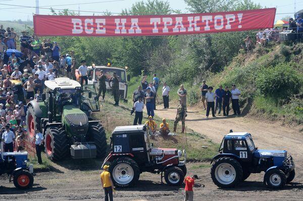 Участники соревнований перед началом гонки на тракторах Бизон-Трек-Шоу в Ростовской области