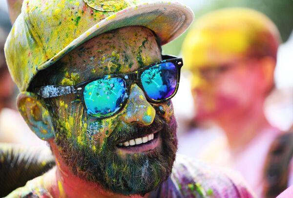 Участник красочного забега вокруг территории Олимпийского комплекса Лужники в Москве