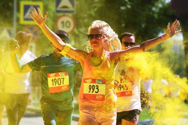 Участники красочного забега вокруг территории Олимпийского комплекса Лужники в Москве