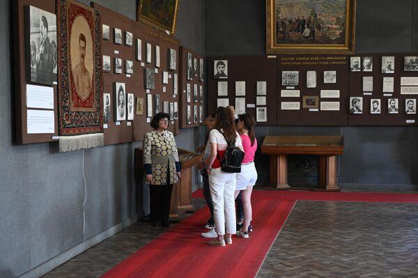 Посетители в музее Сталина в городе Гори в Грузии