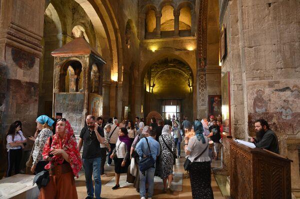 Посетители Кафедрального собора Светицховели в городе Мцхета в Грузии