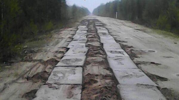 Отсутствующие бетонные плиты на единственной дороге, ведущей в село Катайга Верхнекетского района Томской области