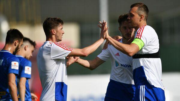 Футболисты сборной России Артём Дзюба, Алексей Миранчук и Антон Миранчук (справа налево)