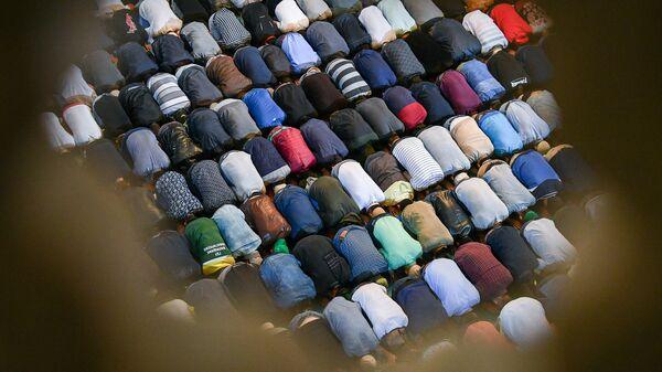 Мусульмане по время намаза в день праздника Ураза-байрам в Соборной мечети в Москве