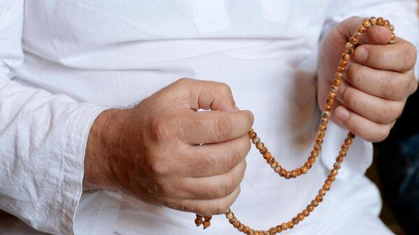 Верующий во время праздничной молитвы в мечети Сердце Чечни имени А. Кадырова в Грозном