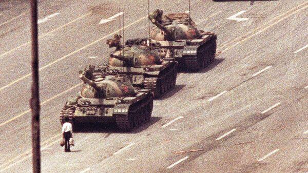 Мужчина стоит перед колонной танков на проспекте Вечного Мира в Пекине, Китай. 5 июня 1989