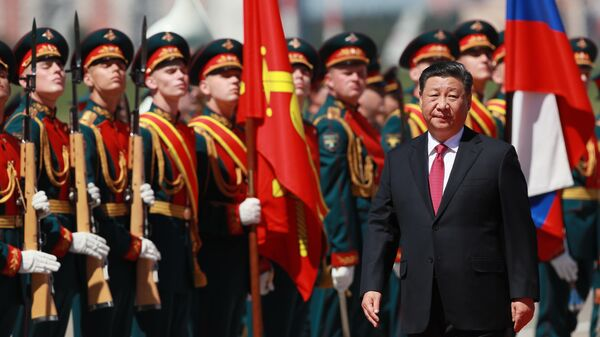 Председатель КНР Си Цзиньпин, прибывший в Москву с государственным визитом, во время церемонии встречи в аэропорту. 5 июня 2019