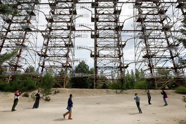 Туристы осматривают советскую загоризонтную радиолокационную станцию Дуга вблизи Чернобыльской АЭС, Украина