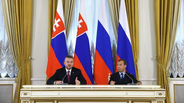 Председатель правительства РФ Дмитрий Медведев и премьер-министр Словакии Петер Пеллегрини во время совместной пресс-конференции