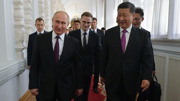 Президент РФ Владимир Путин и председатель КНР Си Цзиньпин перед началом российско-китайских переговоров в Кремле