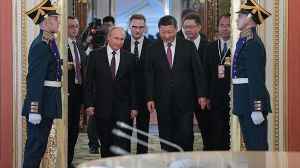 Президент РФ Владимир Путин и председатель КНР Си Цзиньпин перед началом российско-китайских переговоров в Кремле. 5 июня 2019