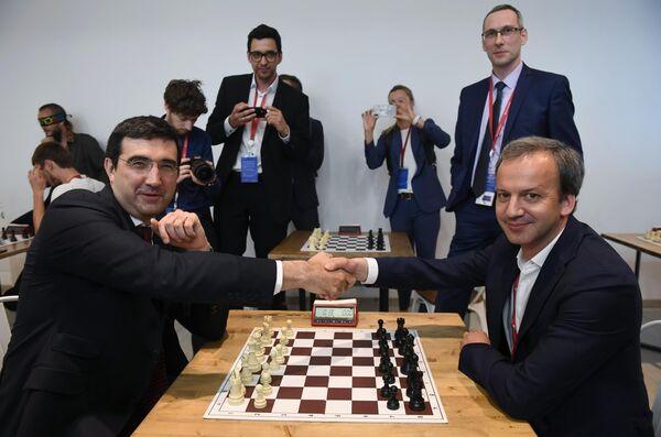 Чемпион мира по шахматам Владимир Крамник и председатель Международной федерации шахмат (FIDE) Аркадий Дворкович в шахматной гостиной на Петербургском международном экономическом форуме 2019