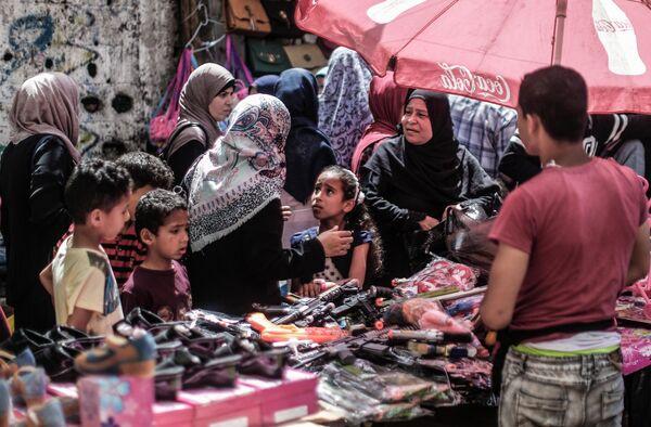 Палестинцы на рынке перед праздником Ид аль-Фитр в городе Газа